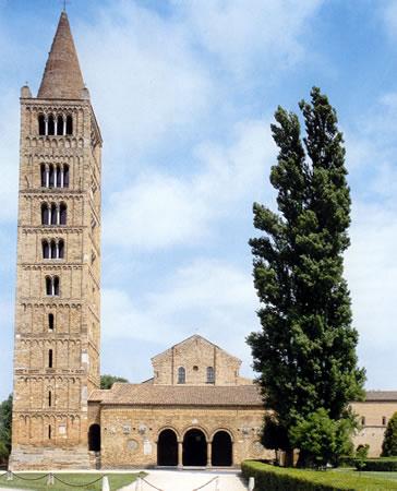 Fachada y campanario de Santa María, en Pomposa