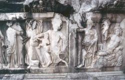 Relieve marmóreo del podio de la escena del teatro de Perge (Turquía) con la representación del mito de Dionisio (Foto: I. Rodá)