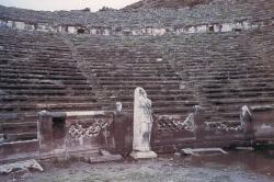 Teatro de Perge, cuya orchestra fue convenientemente adaptada en el siglo III d.C., mediante parapetos, para llevar a cabo combates de gladiadores y fieras salvajes (Foto: I. Rodá)