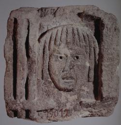 Monumento funerario, procedente de Barcino, de friso dórico con representación de una máscara trágica, conservado en el Museo de Arqueología de Cataluña, Barcelona (Foto: MAC)