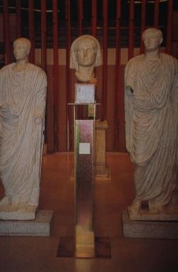 Estatuas de Augusto, Tiberio y posiblemente Druso Menor procedentes de la denominada aula sacra del peristilo del teatro de Mérida, conservadas en el MNAR (Foto: A. Aguado)