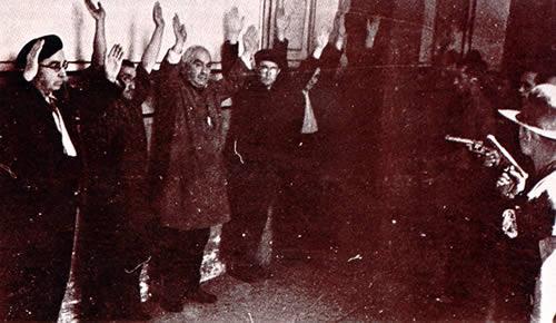 Frailes vestidos de paisano detenidos por los milicianos en el palacio episcopal de Sigüenza, Guadalajara. (Archivo General de la Administración, Sección Cultura)