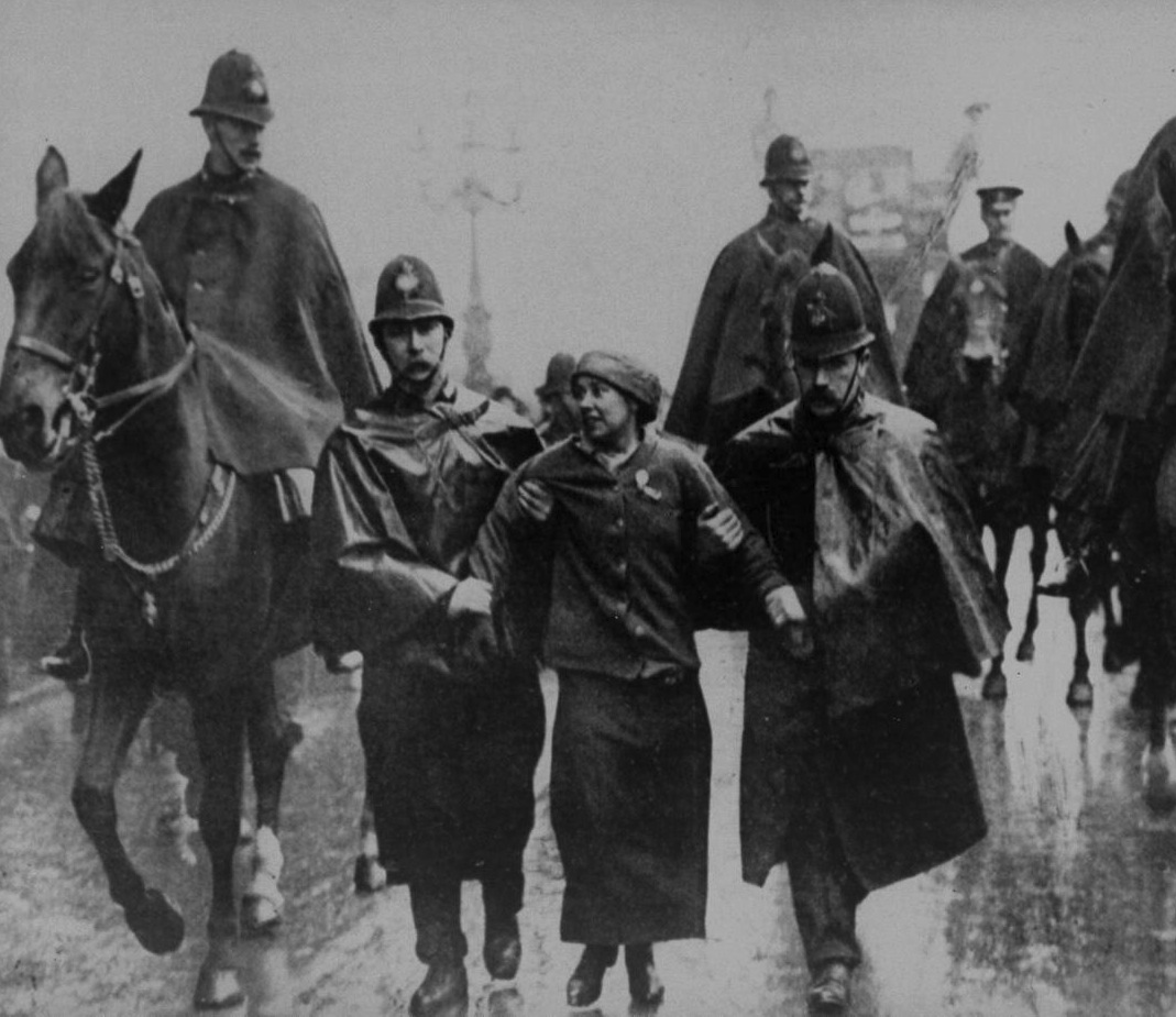 Sufragista detenida en las calles de Londres