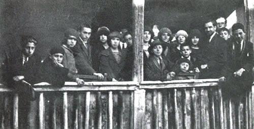 José Giner Pantoja con varios alumnos del Instituto Escuela en la Casa del Greco; Toledo, 1921