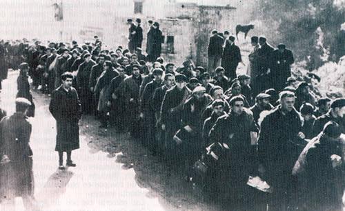 Largas columnas de combatientes y civiles se forman en los pasos fronterizos del Pirineo catalán a comienzos de 1939.