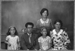 Katia y Sol con Conchita y Ramón Acín. Hay otra mujer no identificada