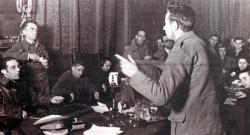 Interrogatorio a prisioneros italianos capturados en Guadalajara. El ministro Jesús Hernández interroga a uno de los prisioneros. (Archivo General de la Administración, Sección Cultura)