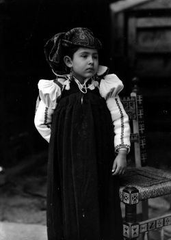 Katia Acín vestida de ansotana. Autor: Ricardo Compairé. 1928-1930 (Fototeca Diputación de Huesca)