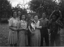 Sol y Katia Acín, tras ellas Maruja, esposa del anarquista Luis Maynar. Hacia 1942 (Familia Acín)