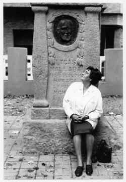 Katia Acín sentada en el monumento realizado por su padre en homenaje a Lucas Mallada. 27 de Octubre de 1995 (Familia Acín)