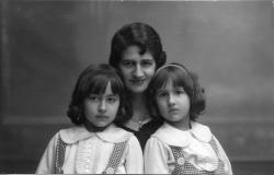 Conchita Morrás con Katia y Sol Acín (1931)