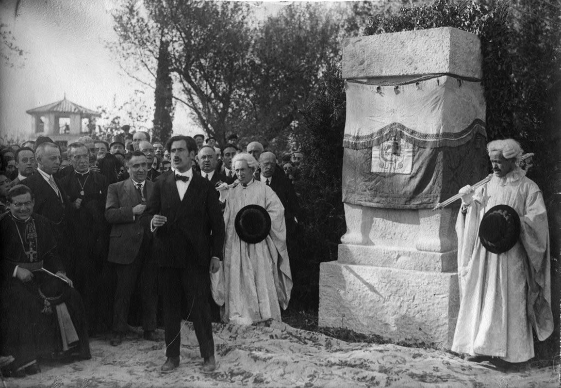 Ramón Acín en la inauguración del monumento a Lucas Mallada. 3 de Mayo de 1925 (Familia Acín)