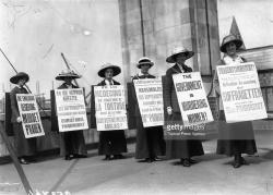 Manigestación sufragista en Londres contra los malos tratos que reciben en la cárcel las militantes de la Women's Social Political Union de la señora Pankhurst
