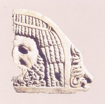 Máscara trágica masculina sobre acroterio de sarcófago
