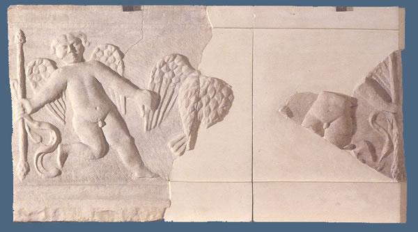 Placa fragmentaria con dos arotes y un ave