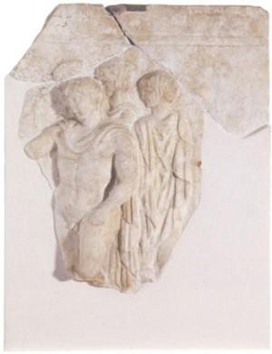 Placa con la figura de cuatro efebos