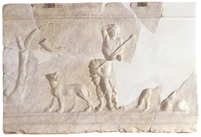 Placa con representación relivaria de Dionisio apoyado en una herma
