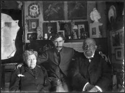 Ramón Acín con sus padres Santos y María