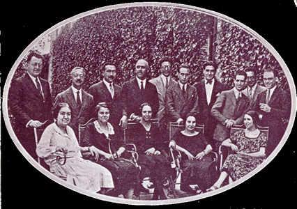 Grupo de profesores y alumnos del curso de vacaciones para extranjeros en la Residencia de Estudiantes. En el centro, don Tomás Navarro, director del curso