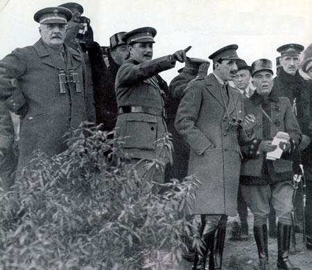 El Rey con un grupo de jefes y oficiales durante unas maniobras en 1922