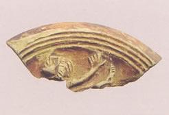 Fragmento de disco de lucerna decorado con acróbata circense