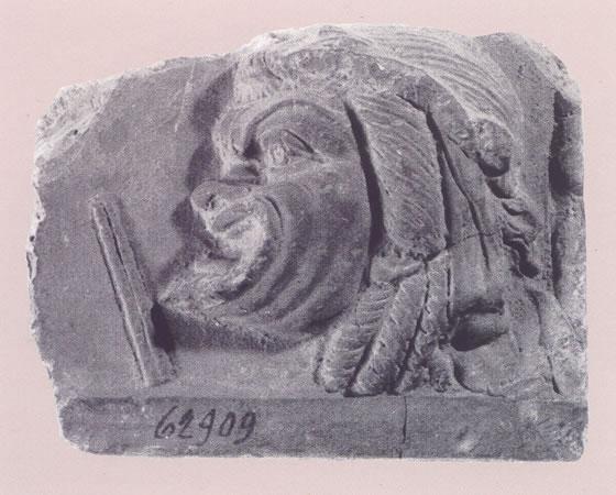 Fragmento de placa Campana con máscara