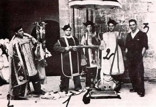 Milicianos durante la profanación de una iglesia en Barcelona (Instituto Municipal de Historia, Barcelona)