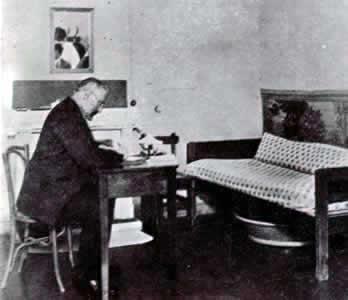 Miguel de Unamuno en su habitación de la Residencia de Estudiantes