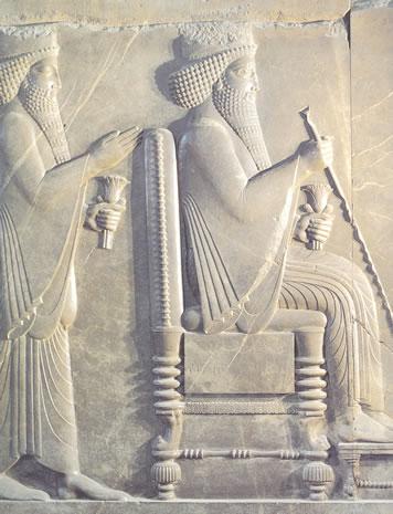 Detalle de un fragmento de relieve con Darío I (522-486 a.C.) y Jerjes en audiencia. Persépolis. Museo Nacional, Teherán.