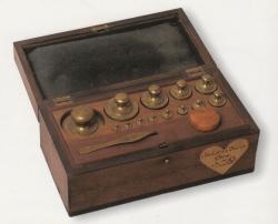 Caja de pesas con el patrón unidad de masa, el kilogramo y sus submúltiplos