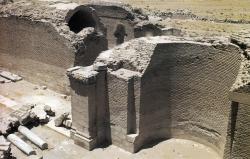 Los Palacios de los Omeyas. Mshatta. Figura 14: la piedra asociada al ladrillo