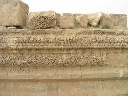 Los Palacios de los Omeyas. Mshatta. Figura 16: la piedra delicadamente cincelada