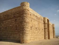 Los Palacios de los Omeyas. Kasr Kharana. Figura 2: ¿Palacio o fortaleza?