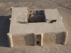 Los Palacios de los Omeyas. Kasr Kharana. Figura 1: Un fortín del limes
