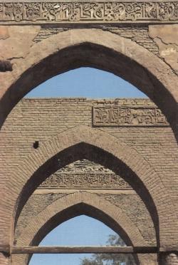 Mezquita de al-Azhar. Figura 23: arcos apuntados y pilares de ladrillo