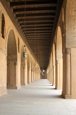 Mezquita de Ibn Tulun. Figura 10: debajo de grandes pórticos