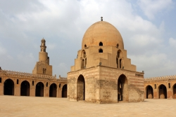Mezquita de Ibn Tulun. Figura 12: el minarete y la fuente