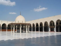 Mezquita de Amr (El Cairo). Figura 3: fachada que da al patio