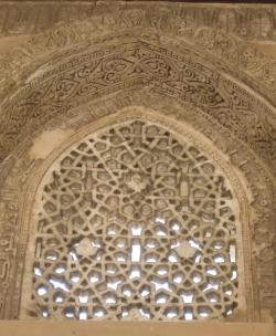 Mezquita de Ibn Tulun. Figura 16: la grandeza no excluye la delicadeza
