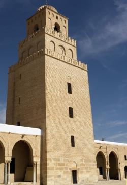 Mezquita de Kairuán. Figura 3: vigoroso minarete de los Aglabíes