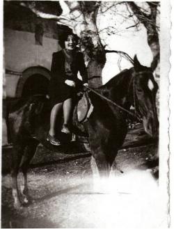 1942. Pilar Meseguer a caballo delante de la antigua Ermita
