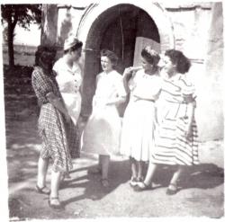 1950. Pili Moliné, Carmina Moliné, Feli Escolano, Amparo Alfonso y Angelines Gonzálvez en la puerta de la Ermita