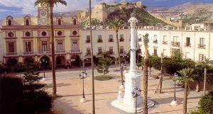 Plazas de España: Almería. En el corazón de la ciudad se construyó a lo largo del siglo XIX esta plaza, que está presidida por el edificio consistorial y el monumento a la memoria de los fallecidos en 1824 con motivo de la sublevación liberal.