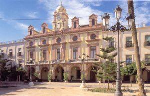 Plazas de España: Almería. En los primeros años del siglo XX se concluía la fachada del Ayuntamiento almeriense con proyecto del arquitecto municipal don Trinidad Cuartara