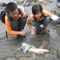 """© Tang Ming Una """"lección práctica"""" en el Río Baicao (Sichuan, China)."""