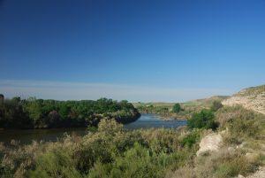 El sendero discurre al inicio cerca del río