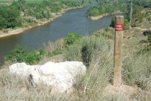 Señal GR-99 junto a un bloque de yeso que, junto al alabastro, se encuentran por doquier.