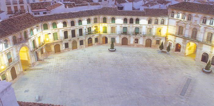 Vista nocturna de la Plaza Mayor de Archidona. Entre el abigarrado caserío de esta localidad malagueña emerge entre 1780 y 1789 en el terreno que hasta entonces ocupaba un muladar.