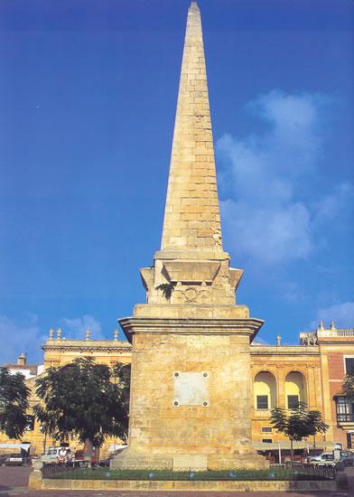 El obelisco que se yergue en el centro de la plaza del Borne de Ciudadela tiene 22 metros de altura. Fue erigido en 1857 como recuerdo de la resistencia y derrota de la ciudad durante el ataque de la armada turca en 1558.