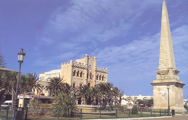 En 1897, y con proyecto del arquitecto Gaspar Reynes, comenzaron las obras del edificio del nuevo Ayuntamiento de Ciudadela, levantado sobre el antiguo real alcázar.